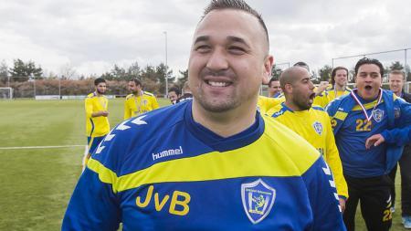 Mantan striker Timnas Indonesia, Jhon van Beukering, tampil sebagai kiper untuk tim divisi 4 Liga Belanda, SC Veluwezoom. - INDOSPORT