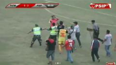 Indosport - Keributan terjadi di pertandingan PSTM vs PSIP Pemalang.