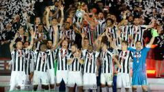 Indosport - Juventus saat mengangkat trofi Coppa Italia.