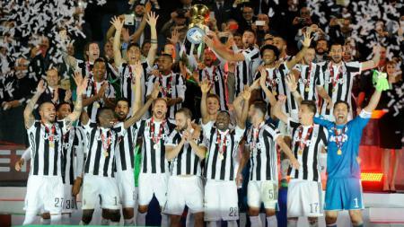 Juventus saat mengangkat trofi Coppa Italia. - INDOSPORT