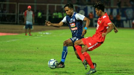 Ridwan Tawainela, pemain Arema yg sukses melakoni rotasi melawan PSBK. - INDOSPORT