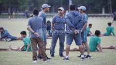 Indosport - Pelatih Timnas U-16, Fakhri Husaini (tengah) berdiskusi dengan tim pelatih usai tim nya ditaklukkan tim Topskor U-16 Selection.