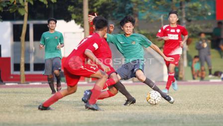 Striker Timnas U-16, Rendy Juliansyah dijaga ketat pergerakannya oleh dua pemain tim Topskor.