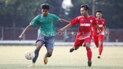 Indosport - Pemain Timnas U-16 dijaga ketat pemain Topskor.