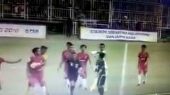 Indosport - Wasit kena pukul di Liga 3.