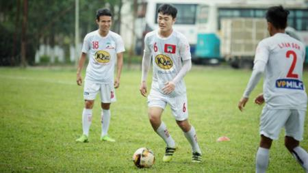 Salah satu pemain Timnas Vietnam, Luong Xuan Truong, mengalami cedera serius dalam pemusatan latihan jelang Kualifikasi Piala Dunia 2022. - INDOSPORT