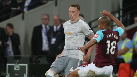 Phil Jones kala berduel dengan pemain West Ham. - INDOSPORT