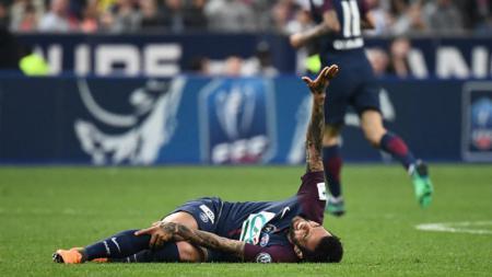 Dani Alves mengerang kesakitan saat membela PSG. - INDOSPORT