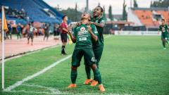 Indosport - Irfan Jaya (kiri) dan Feri Pahabol (kanan).