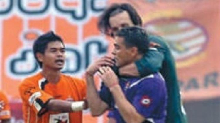 Bambang Pamungkas melerai Cristian Gonzales dan Evgheni Hmaruc yang terlibat perkelahian. Copyright: fitnessimg.com/@memoripersija