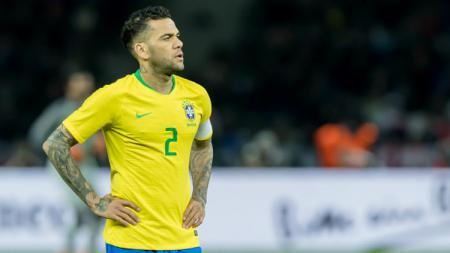 Dani Alves berseragam Timnas Brasil. - INDOSPORT