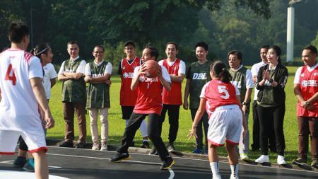 Presiden Jokowi dan Menpora bertanding basket. - INDOSPORT