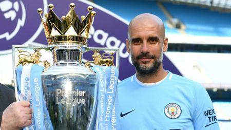 Pep Guardiola pelatih Man City bersama torfi Liga Primer Inggris 2017/18. - INDOSPORT