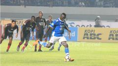 Indosport - Ezechiel N'Douassel mengeksekusi penalti.