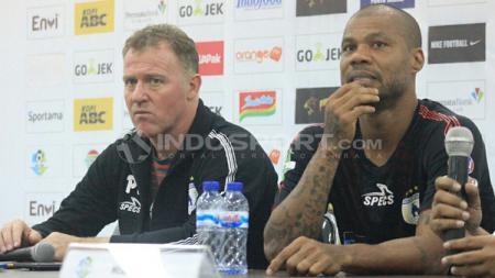 Hilton Moreira (kanan) bersama pelatih Persipura Peter Butler (kiri) dalam sesi konferensi pers usai lawan Persib. - INDOSPORT