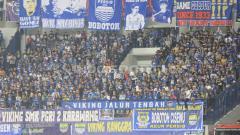 Indosport - Bobotoh yang memberikan dukungan langsung untuk Persib saat melawan Persipura.