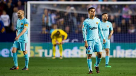 Para pemain Barcelona tertunduk lesu. - INDOSPORT