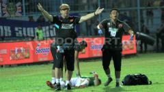 Indosport - Pelatih PSM Makassar, Robert Rene Alberts dalam laga melawan Arema FC ketika sang kiper terjatuh.