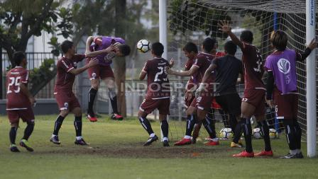 Pemain Persija Jakarta berlatih melakukan eksekusi di depan gawang. Herry Ibrahim/INDOSPORT.