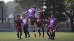 Indosport - Rohit Chand berupaya menghadang sundulan Marko Simic dengan kedua tangannya. Herry Ibrahim/INDOSPORT.