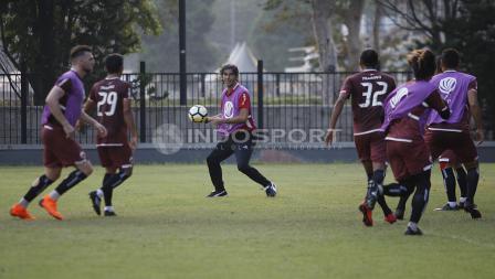 Stefano Cugurra Teco ikut terlibat dalam keseruan latihan Persija Jakarta sebelum laga kontra Home United. Herry Ibrahim/INDOSPORT.