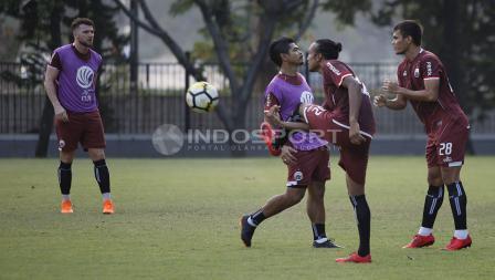 Rohit Chand menendang bola di depan Bambang Pamungkas yang sedang berlari. Herry Ibrahim/INDOSPORT.