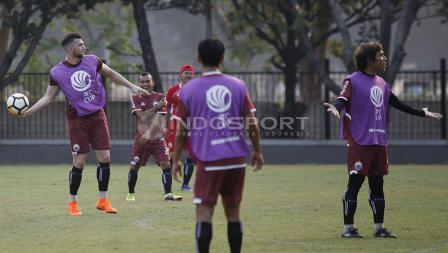 Marko Simic hendak melempar bola ke arah rekan-rekannya di Persija Jakarta. Herry Ibrahim/INDOSPORT.