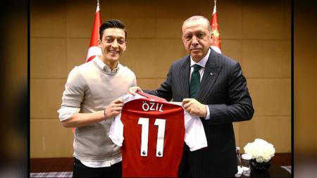 Playmaker Arsenal, Mesut Ozil dan Recep Tayyip Erdogan, Presiden Turki. - INDOSPORT