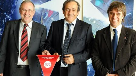 Thomas Grimm (kanan) bersama Michel Platini (tengah) dan Ketua FA Swiss (kiri). - INDOSPORT