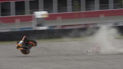 Indosport - Marc Marquez saat terjatuh di sirkuit.