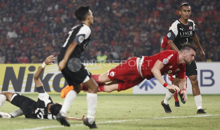 Marko Simic tampak melakukan diving header yang mengarah ke gawang Home United. Copyright: Herry Ibrahim/INDOSPORT