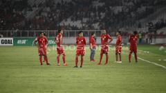 Indosport - Para pemain Persija tampak tertunduk lesu setelah kalah dari Home United dan gagal ke final zona.