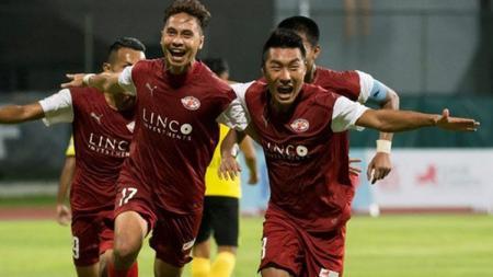 Pemain Home United, Shahril Ishak (kiri). - INDOSPORT