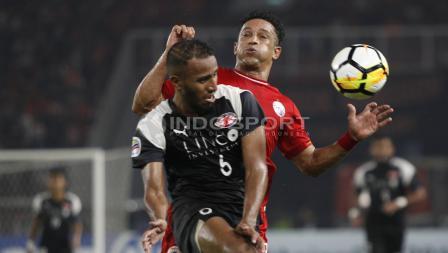 Addison Alves berebut bola dengan pemain Home United.