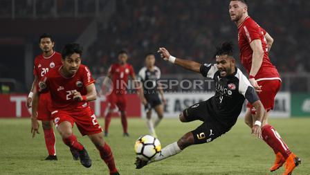 Pemain Home United terjaduh karena mendapat gangguan dari pemain Persija.