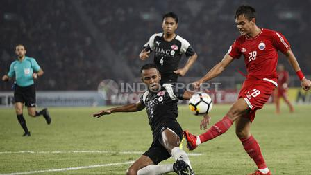 Rezaldi Hehanusa berusaha melakukan umpan silang, namun dihadang pemain Home United.