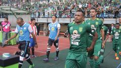 Indosport - Persebaya Surabaya memasuki lapangan,