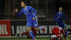 Indosport - Ezra Walian merayakan golnya ke gawang FC Jong Utrecht.