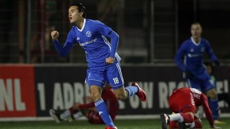 Ezra Walian merayakan golnya ke gawang FC Jong Utrecht. - INDOSPORT