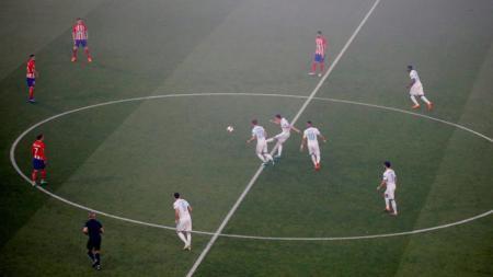 Pemain Marseille saat melakukan kick off. - INDOSPORT