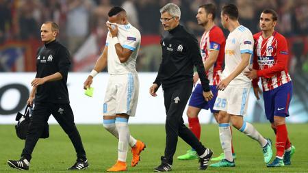 Dimitri Payet menangis saat ditarik keluar karena cedera. - INDOSPORT