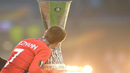 Antoine Griezmann mencium piala Liga Europa musim 2017-18.