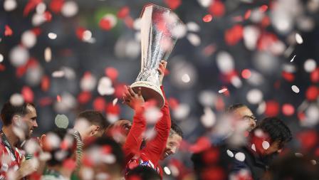 Antoine Griezmann mengangkat piala Liga Europa musim ini.