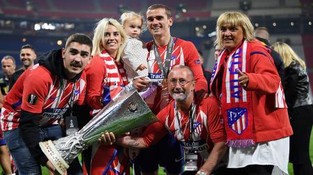 Antoine Griezmann ketika merayakan kemenangan Liga Europa bersama keluarga. - INDOSPORT