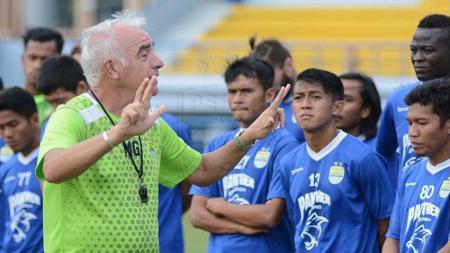 Mario Gomez memberikan intstruksi kepada pemainnya dalam sesi latihan di bulan Puasa. - INDOSPORT