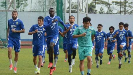 Pemain Persib berlatih di bulan Ramadan. - INDOSPORT