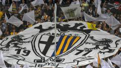 Indosport - Para suporter Parma bentangkan logo klub.