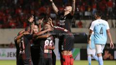 Indosport - Para pemain Persipura Jayapura merayakan gol.
