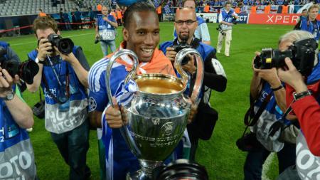 Didier Drogba saat memenangkan trofi Liga Champions bersama Chelsea pada musim 2011/12. - INDOSPORT