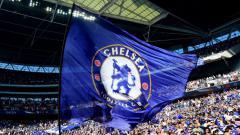Indosport - Bendera Chelsea berkibar di Stadion Wembley